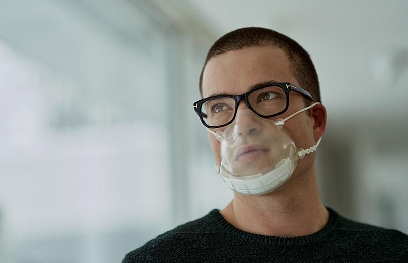 Mann mit Smile-Maske