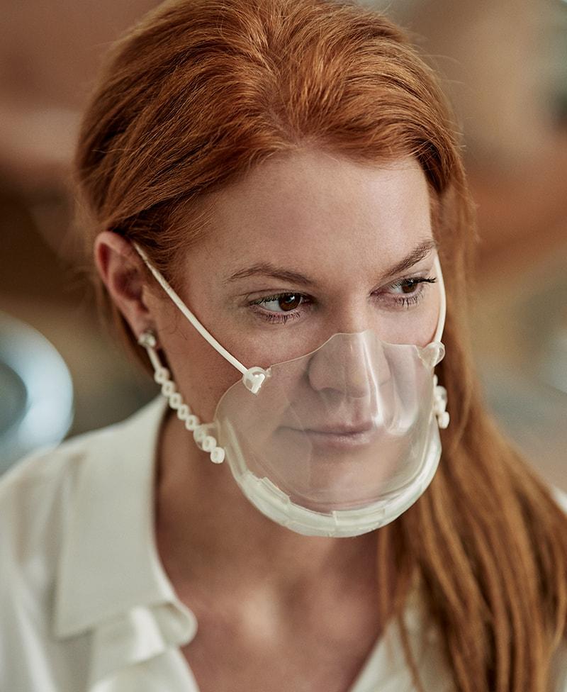 Frau mit Smile-Maske