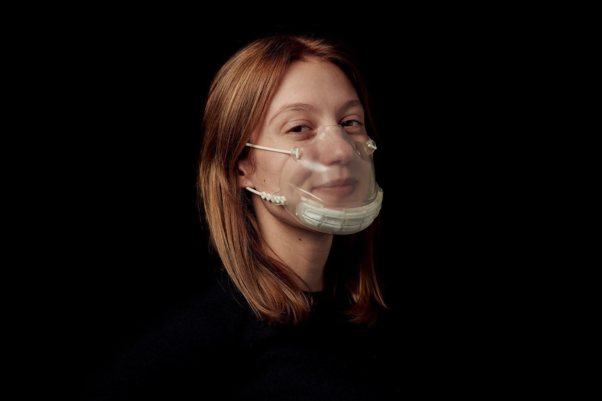 Lächelnde Frau mit Smile-Maske